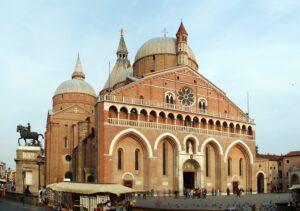 Basilica_di_SantAntonio_da_Padova-300x211 Cosa vedere a Padova